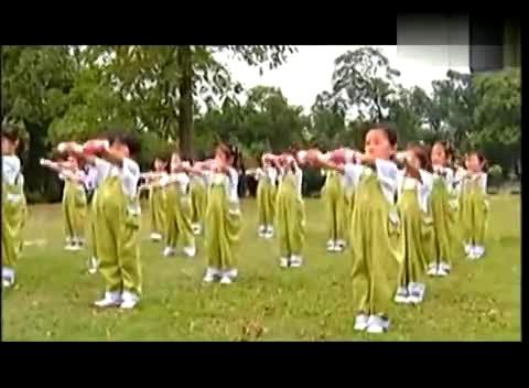 幼儿园广播体操小班下《韵律操器械操(响瓶)队形操