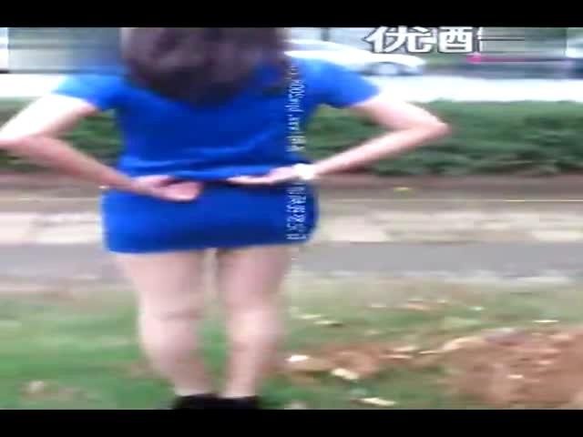 亚洲操骚妇_【丝美】长腿肉丝妖艳骚妇穿上空姐装丝袜男友开摩托车接送