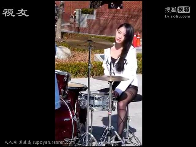 韩国美女街头敲架子鼓