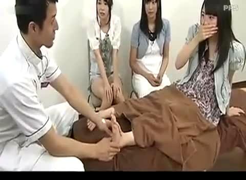挠脚心女生 搔脚底
