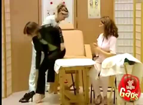 美女被绑挠脚心 视频在线观看