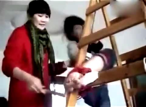 美女 被绑在架子上 挠脚心