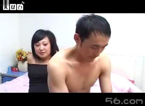 帅哥让美女把他的衣服脱掉