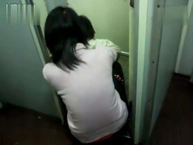偷拍美女上厕所全过程