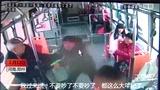 【郑州】监拍两名老人因马扎打架 两次逼停公交车