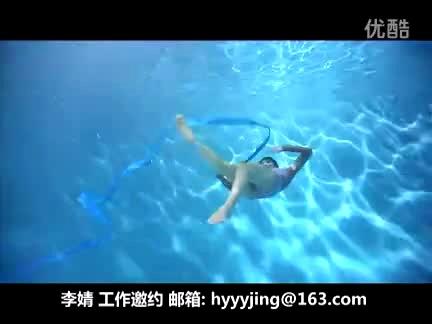 藍色系泳池女生頭像